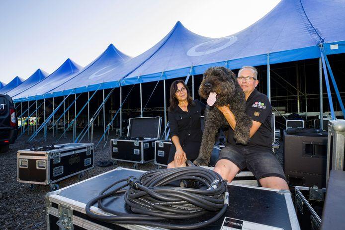 John van Pas met zijn vrouw Roos en hond Boris voor de tent waar hij een groot overdekt terras met live-muziek had willen organiseren.