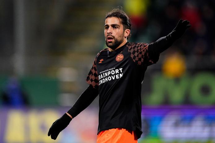 Ricardo Rodríguez zet zijn teamgenoten op hun plek tijdens ADO - PSV.