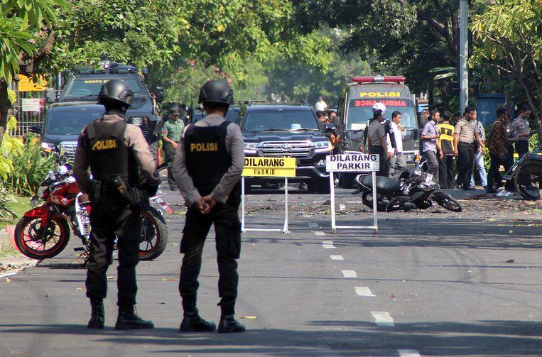 Politie en ontmijningsexperts bij de plaats van de ontploffing.