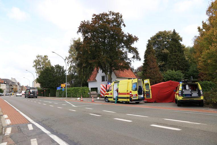 Het ongeval gebeurde op het kruispunt van de Zandstraat en de Hoekstraat.