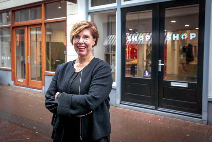 Kitty Buijtendijk voor de SHOP-winkel op de Hoogstraat, een vraagbaak voor ondernemers.
