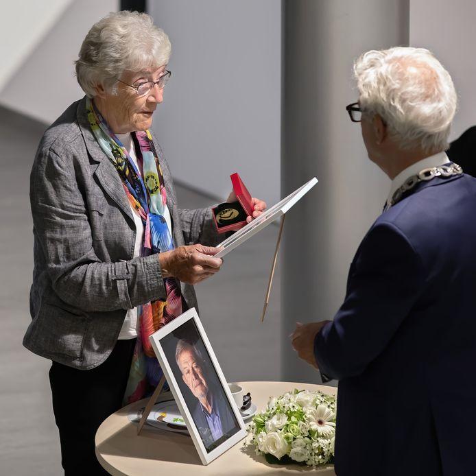 Cees Huijssoon overleed kort voor hij 50 jaar raadslid zou zijn geweest. Postuum werd hij alsnog benoemd tot ereburger, waarvoor zijn weduwe van burgemeester Klijs de penning en oorkonde kreeg uitgereikt. Het portret van haar overleden man stond tijdens die korte plechtigheid op tafel voor haar.