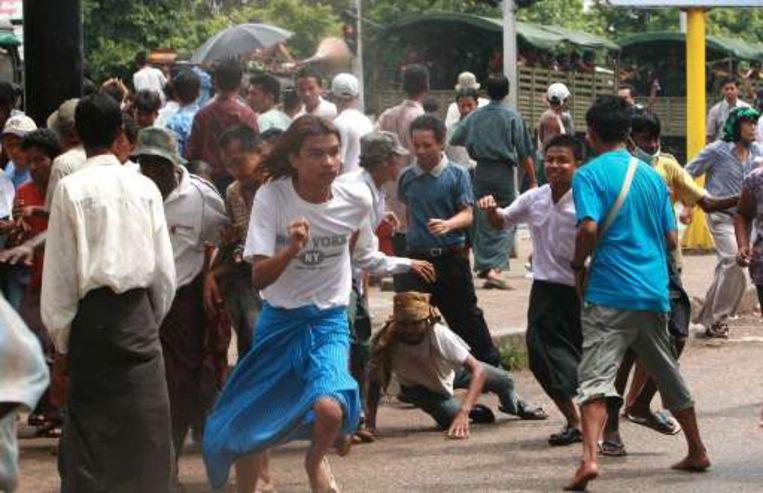 De raad toont zich diep bezorgd over de gewelddadige onderdrukking van de betogingen van september 2007.
