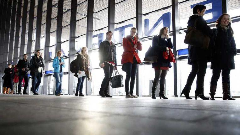 Kiezers voor de gemeenteraadsverkiezingen in de rij bij een stembureau op Rotterdam CS Beeld anp