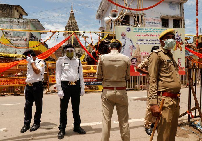 Agenten houden de wacht bij de plek waar de Ram-tempel moet verrijzen.