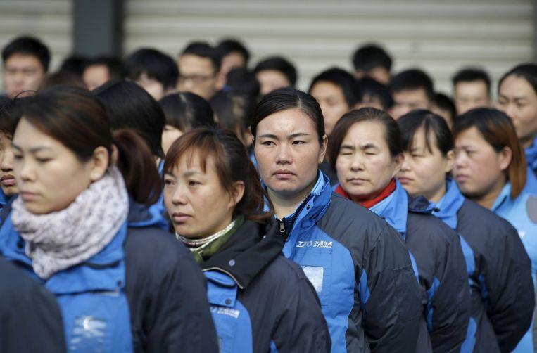 Werknemers van het postkantoor van Zhongtong Express in Peking worden voorbereid op Singles Day. Beeld reuters