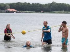 De zon breekt door als burgemeesters tegen kanker een duik nemen in Braamt: 'Lekker temperatuurtje hoor'