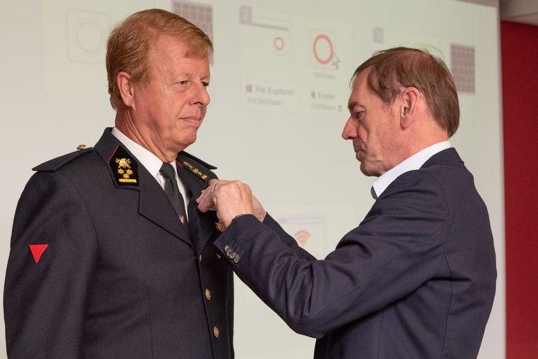 Luc Dupont, voorzitter van de Brandweerzone Vlaamse Ardennen, speldde Chris Bral het ereteken Burgerlijk Kruis Tweede Klasse op.