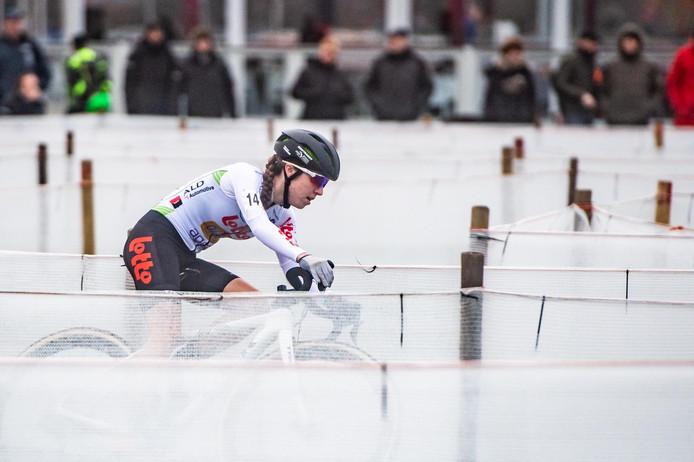 Shirin van Anrooij draait in de carrousel richting de Nederlandse titel.