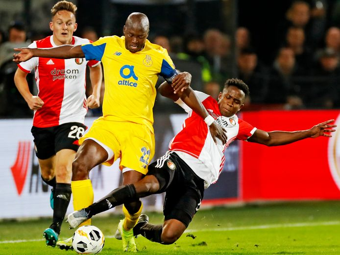 Luis Sinisterra vloert FC Porto-captain Danilo ten koste van een gele kaart. Jens Toornstra kijkt toe.