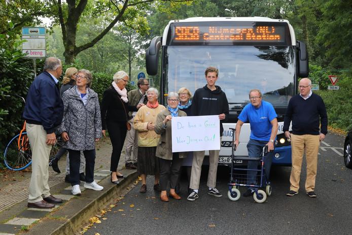 Buurtbewoners van de Rijksstraatweg protesteren tegen de dreigende opheffing van buslijnen.