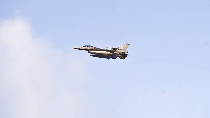 Een F16 stijgt op vanaf Eindhoven airport