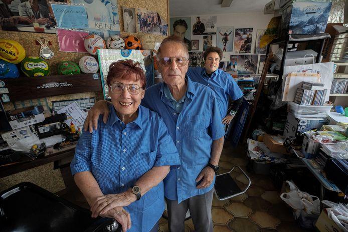 De familie Russo in haar kapsalon in de Thijmstraat, het enige pand in de Kruidenbuurt dat niet gesloopt is.