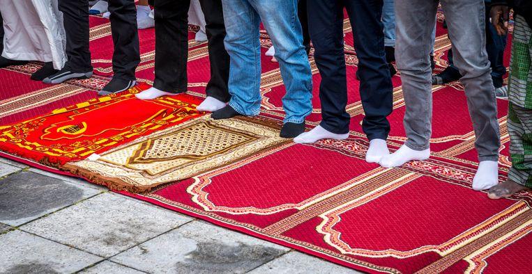 Moslims komen samen voor het ochtendgebed in de Essalam in Rotterdam. Beeld ANP
