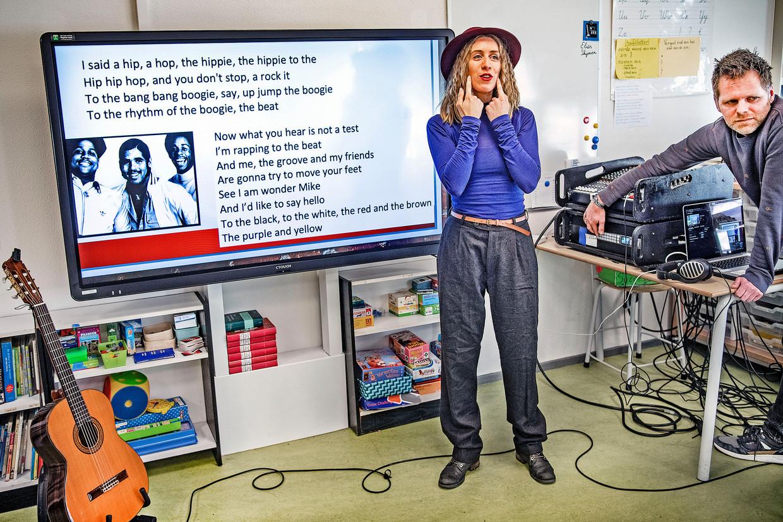 Emilie La Haye geeft online muziekles. Klaslokalen op de Boekmanschool in Amsterdam zijn omgetoverd tot studio's.   Beeld Guus Dubbelman / de Volkskrant
