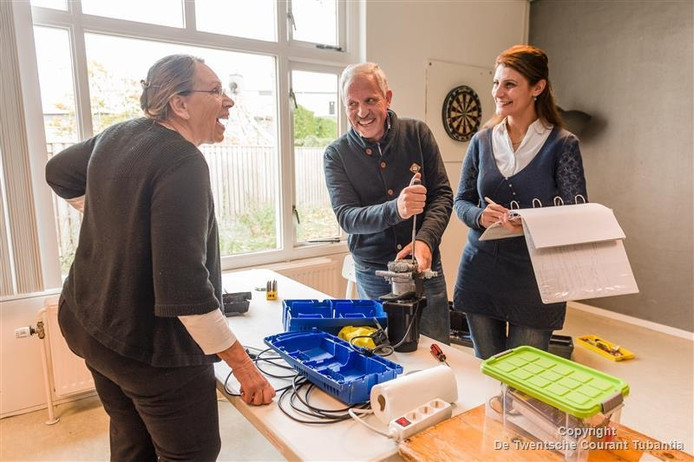 Modar Alfares en Marwa Dris werken in het Repair Café in Holten als vrijwilligers, en studeren. Ze hopen goed te integreren en een baan te vinden.