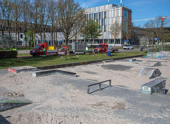 De skatebaan in Park de Wezenlanden bleef jongeren trekken, waarbij de anderhalve meter afstand niet goed werd nageleefd. Daarom is de baan rigoureus onklaar gemaakt en afgezet.