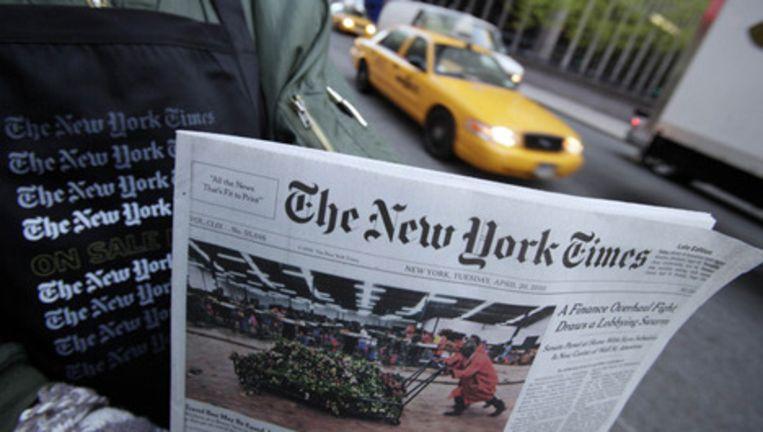 Een straatverkoper probeert The New York Times te slijten in de straten van New York. Foto AP Beeld
