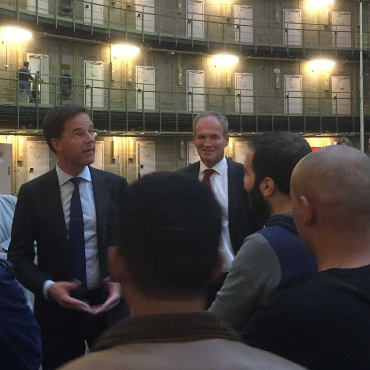 Premier Mark Rutte tijdens zijn bezoek aan een noodopvang voor vluchtelingen in de vroegere Koepelgevangenis in Haarlem. Beeld anp