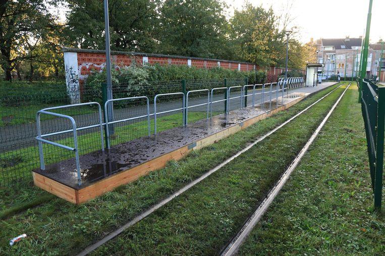Aan de halte Vredespark in Zwijndrecht is het perron tijdelijk uitgebreid met een houten platform.
