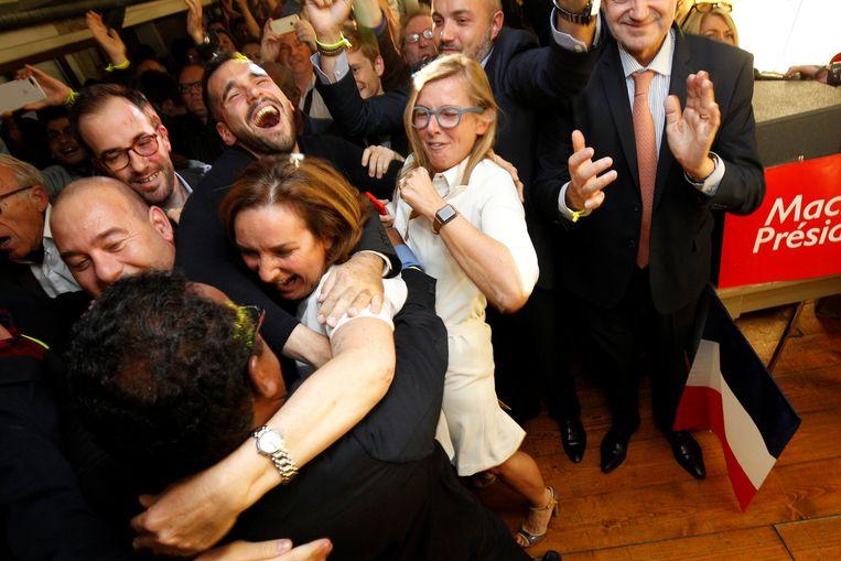 Aanhangers van Emmanuel Macron in het partijbureau van Marseille zijn door het dolle heen na het bekendmaken van de eerste prognose.