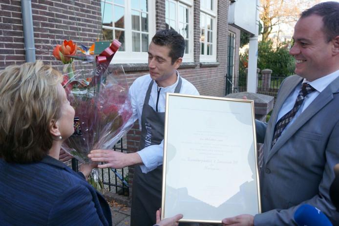 CvdK Ank Bijleveld reikt de onderscheiding uit aan Lars van Galen en Richard van de Hoeven van Hotel 't Lansink.