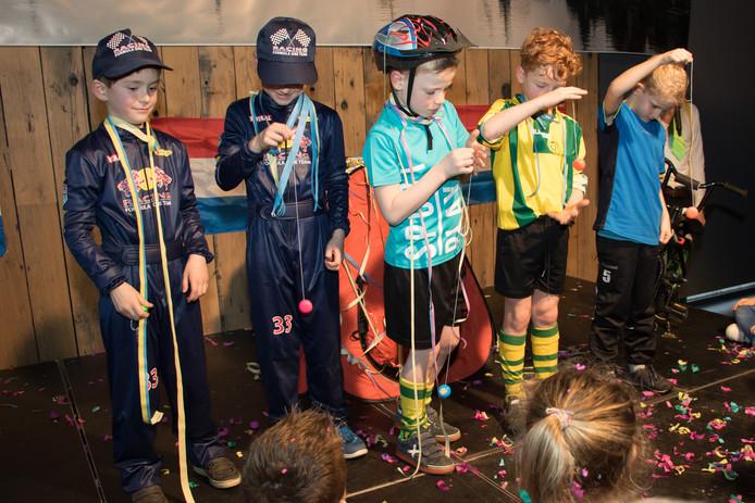 Het Jongens 8 team 3 deden het liedje 'De hele tent gaat als een jojo' van het Feestteam na met echte jojo's en veel -goed gerepeteerde- show erom heen.