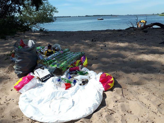 Het strand op het Zuidplaatje in de Biesbosch ligt bezaaid met afval.