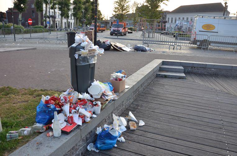 De propvolle openbare vuilnisbakken werden deze ochtend al geledigd.