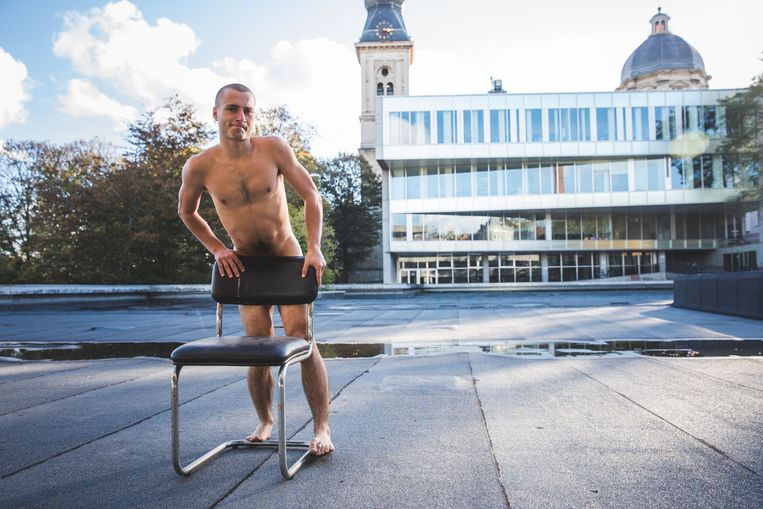 Yuri Debouvry aan de gebouwen van het UFO waar hij zijn stunt uithaalde.