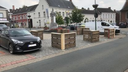 Technische dienst installeert terrasuitbreidingen bij de lokale horecazaken