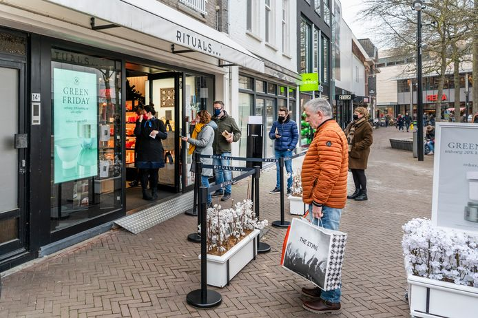 Drukte in de winkelstraten in Oss, dit laatste weekend voor Sinterklaas.