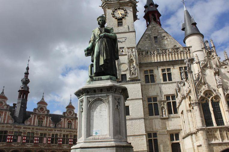 Het standbeeld van Dirk Martens op de Grote Markt.
