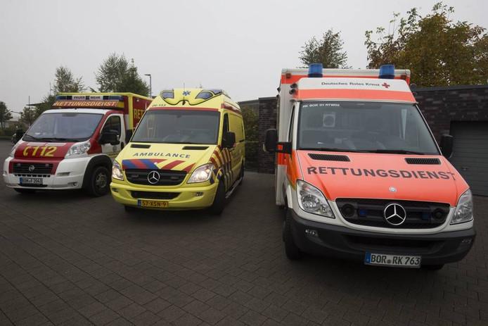 Duitse en Nederlandse ambulances.