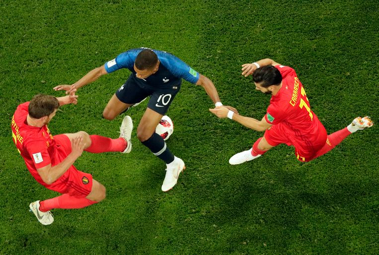Vertonghen en de ingevallen Carrasco in duel met het Franse godenkind Mbappé.