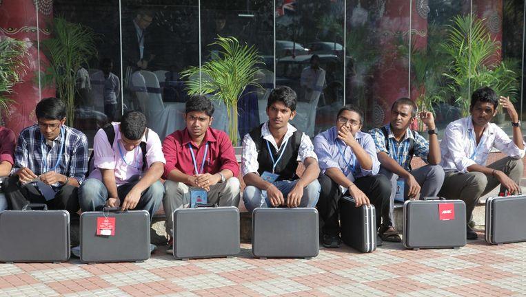 Afgestudeerden in een rij in Bangalore. Veel gediplomeerde jongeren komen in India niet aan de bak. Beeld Corbis via Getty Images