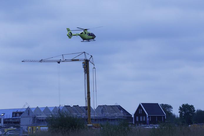 De traumaheli boven de bouwplaats in Veenendaal.