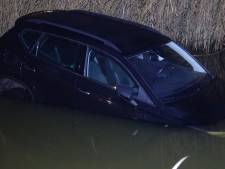 Oeps! Auto duikt in Hardenbergs water na vergeten handrem