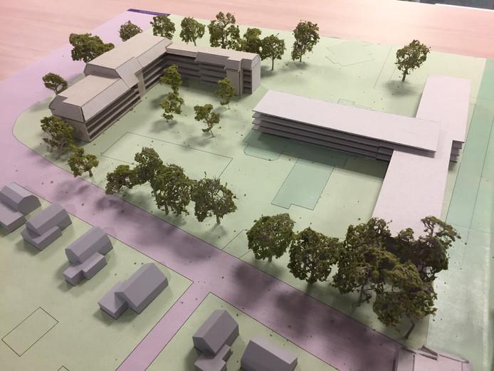 Maquette van het nieuwbouwplan voor La Verna. Het nieuwe gebouw met de T-vorm staat rechts. Links is het bestaande appartementengebouw Rivo Torto zichtbaar. Onder loopt de Leemweg.