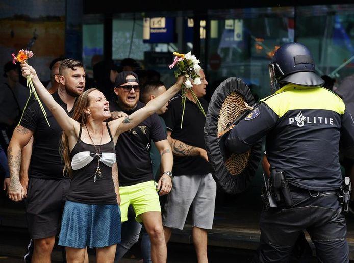 'Bloemenmeisje' Wendy Kroeze uit Nijmegen vorige week tijdens het protest in Den Haag.