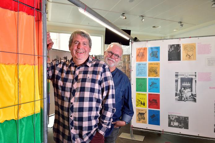 Een reizende tentoonstelling over de lhbti-emancipatie is nu te zien in het Huis van de Stad. Jan Geerink (links) en Hans Bax van de Regenboog Alliantie Gouda wilden de expositie zo snel mogelijk naar Gouda krijgen.