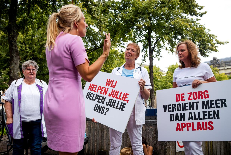 SP-leider Lilian Marijnissen in gesprek met zorgverleners die protesteren voor een loonsverhoging. Beeld Hollandse Hoogte /  ANP