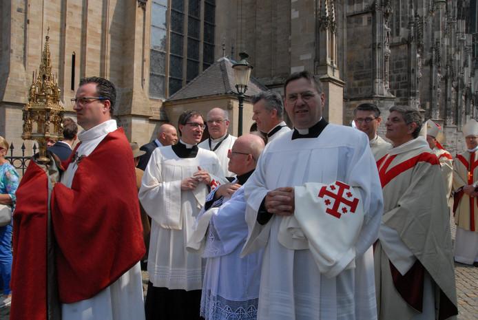 Plebaan Vincent Blom, met links van hem een acoliet met een originele ''Christus-doorn', de meest precaire relikwie van de Sint-Jan