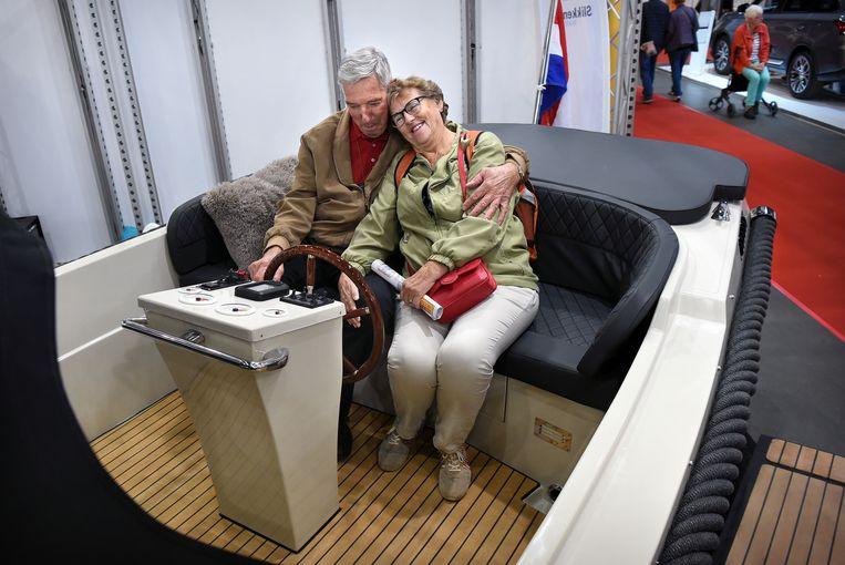 Senioren in een sloep op de 50+ beurs in Utrecht. Beeld Marcel van den Bergh