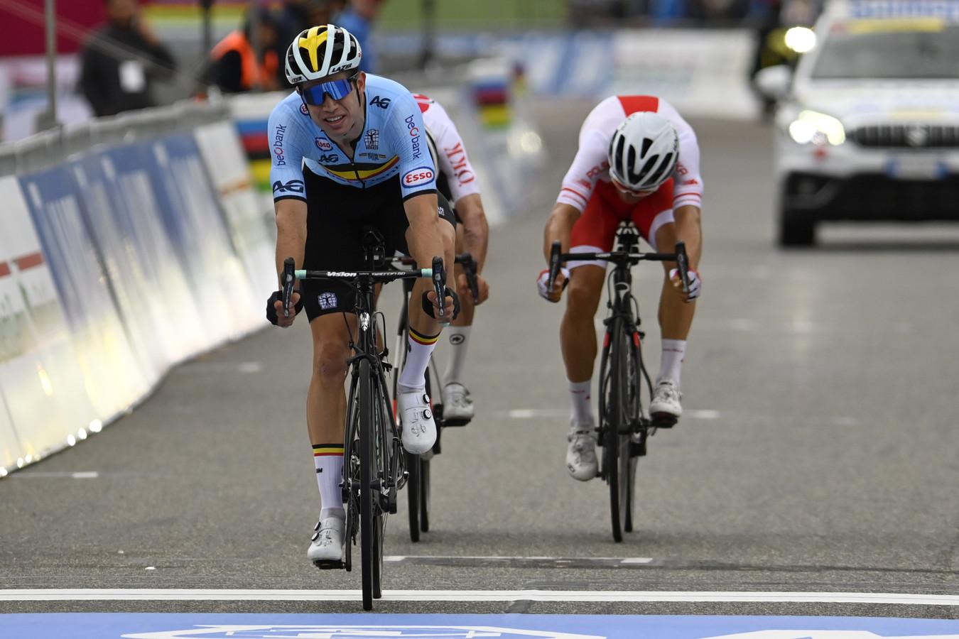 Wout van Aert won de sprint voor de tweede plaats.