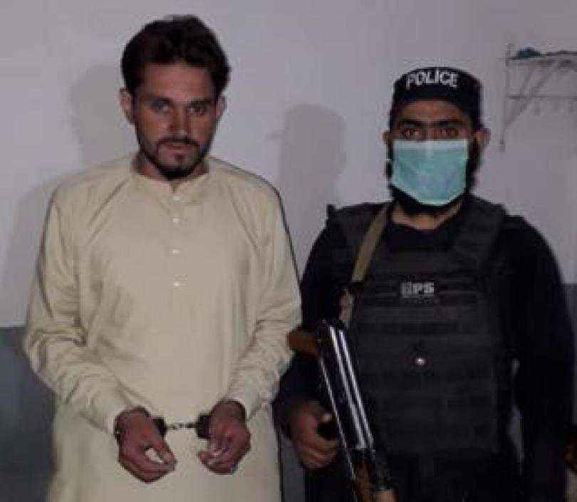 Een van de verdachten wordt na zijn arrestatie getoond op een foto van de Pakistaanse politie.