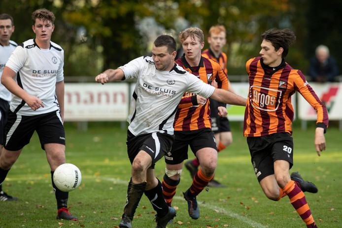 Eefde (wit/zwart) was zaterdag met 3-2 te sterk voor FC Zutphen.