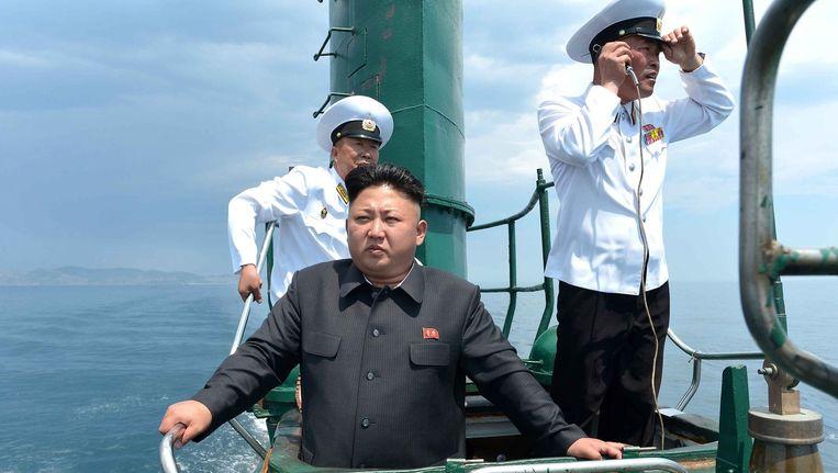 De Noord-Koreaanse leider Kim Jong-Un aan boord van een onderzeeër. Beeld AFP