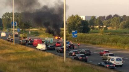 Auto vliegt in brand op E19: bestuurder zwaargewond naar ziekenhuis