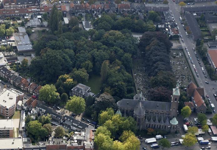 Het Trudokerkhof (rechts) en de verwilderde pastorietuin waar de parochie een natuurbegraafplaats wil beginnen. Linksonder de woningen aan de Strijpsestraat die direct grenzen aan de begraafplaats. Het bosje dat daaraan grenst wordt nu ontzien.